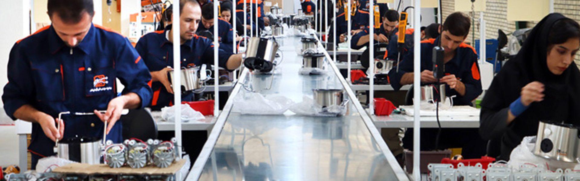 پرسنل خط تولید کارخانه شرکت پیشرو سورین فن آور فرتاک